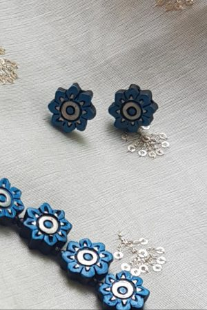 Blue flower necklace1