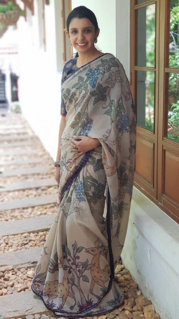 Beige chiffon kalamkari saree with navy blue kanchipuram pleats border 1