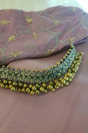 Choker in terracotta with gold beads